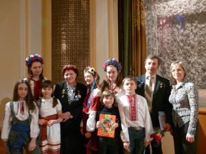 Марина Попович та Олександр Лазуткін з учнями УКраїнської недільної школи ім. Павла Поповича
